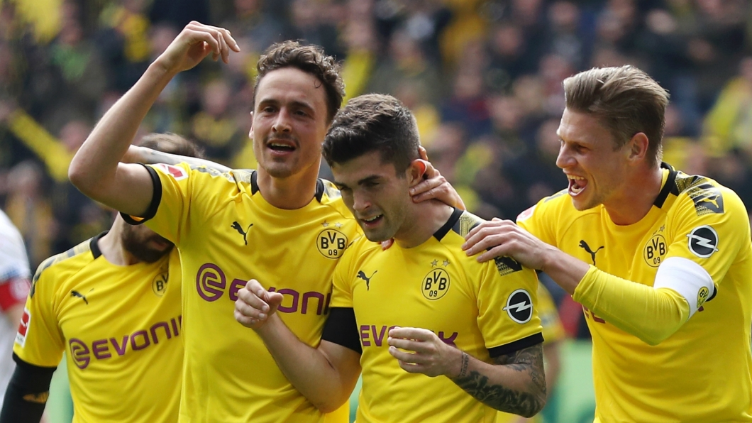 Pulisic and team celebrate.jpg
